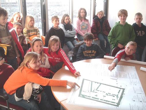 Kinder zeigen auf Entwurfsplan Baakenpark (2015)