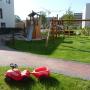 Spielplatz mit Schaukel und Rutsche