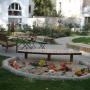Spielbereich mit Tischen und Bänken