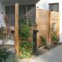 Sichtschutzwand mit Dekoration Pflanzen